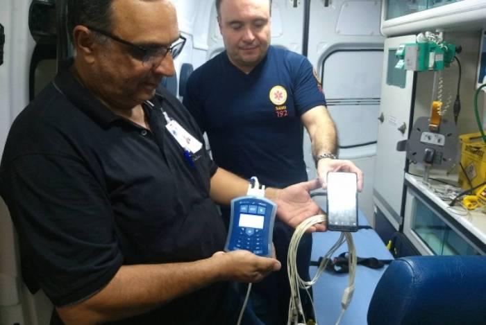 O novo aparelho é interligado a um celular. Em poucos minutos os médicos emitem o laudo acelerando o tratamento dos pacientes