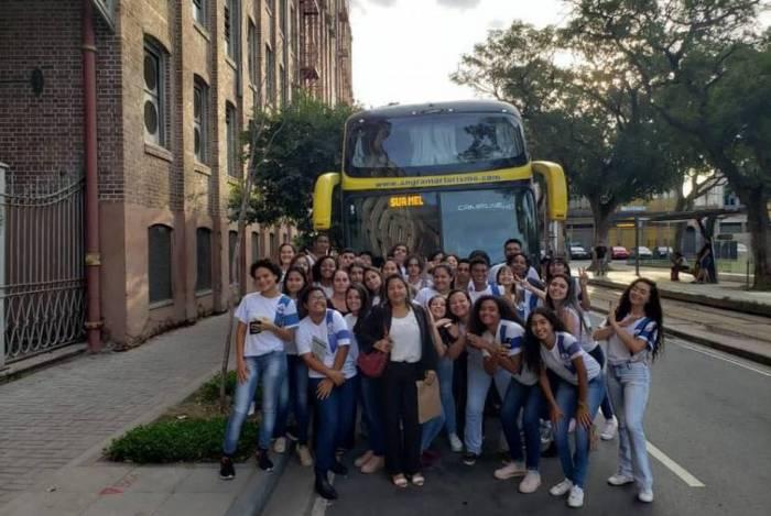 A professora Elisabeth de Oliveira Nunes e alunos do ensino médio