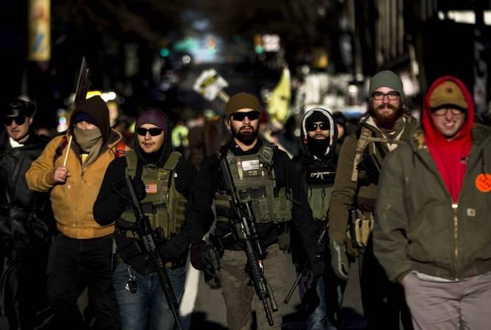 Defensores das armas participam de um comício em Richmond, Virgínia