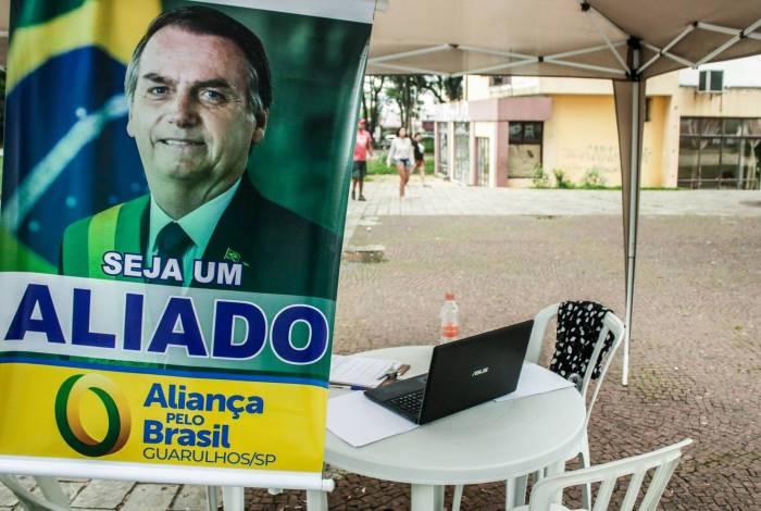Apoiadores do Partido Aliança pelo Brasil coletam assinaturas para a criação do partido