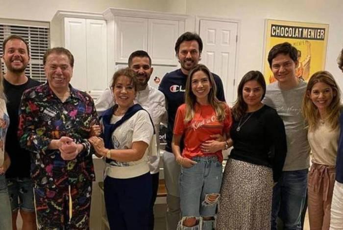 Silvio Santos posa de pijama em jantar com as filhas