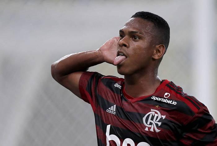 Lucas Silva durante comemoração de gol pelo Flamengo