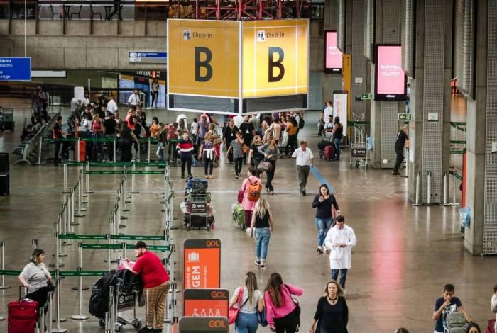 Movimentação no Aeroporto Internacional de Guarulhos, onde passageiros desembarcando da China são orientados pela Agência Nacional de Vigilância Sanitária (ANVISA), sobre os sintomas do Coronavírus, em São Paulo