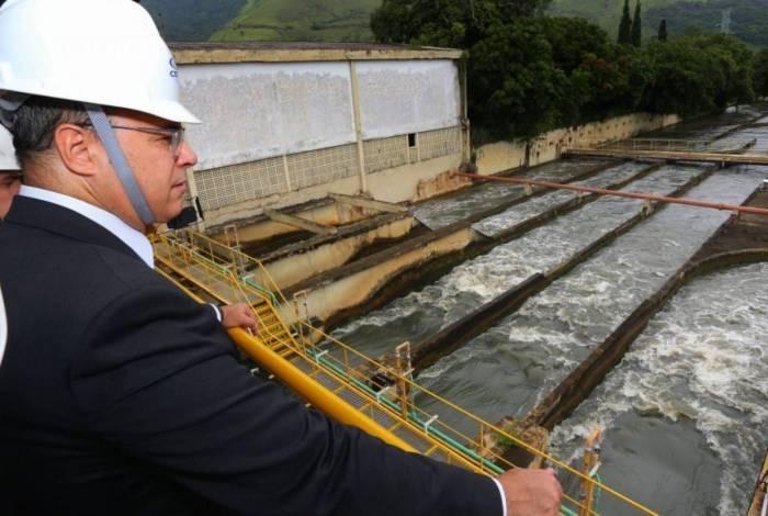 Aplicação do cartão ativado no tratamento da água do Guandu foi iniciada nesta quinta