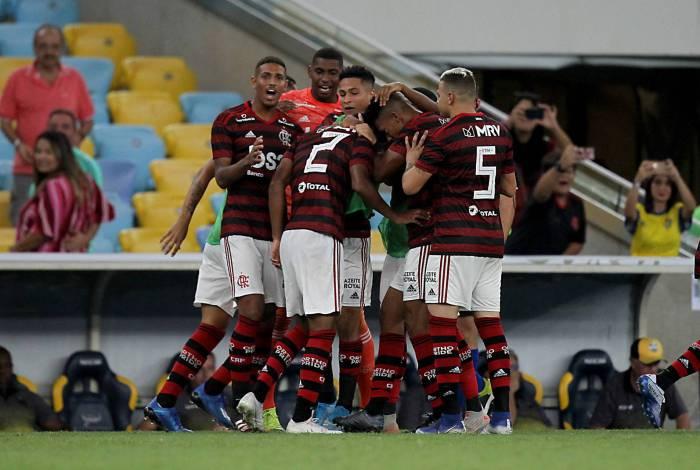 João Lucas comemora com os companheiros o seu primeiro gol como profissional. O lateral teve a colaboração do goleiro, que aceitou o chute