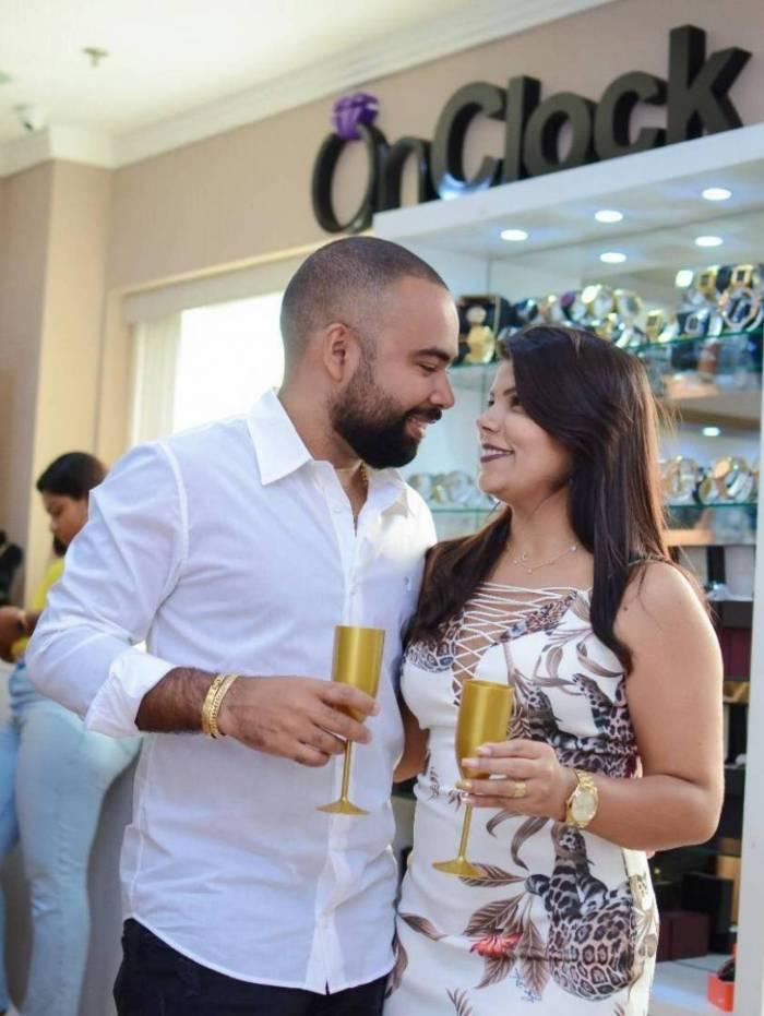 O casal de empresários Caroline Medeiros e Darlan Cunha brindaram aos oito anos da On Clock Semijoias