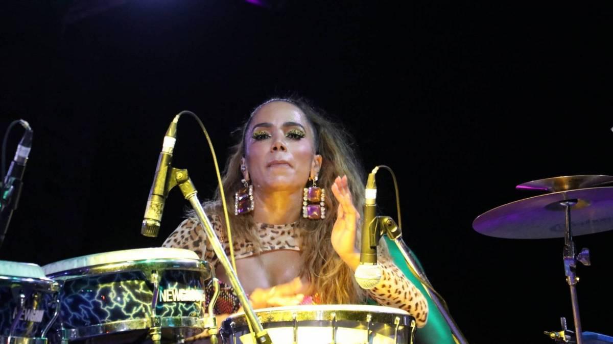 Anitta no ensaio de seu bloco de Carnaval