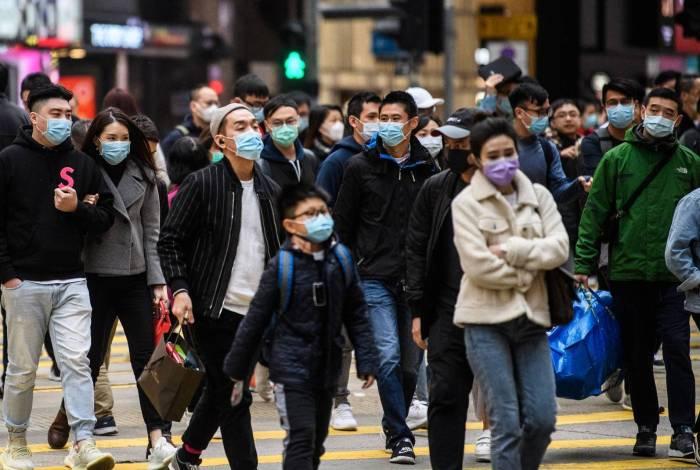 Moradores de Hong Kong com máscaras