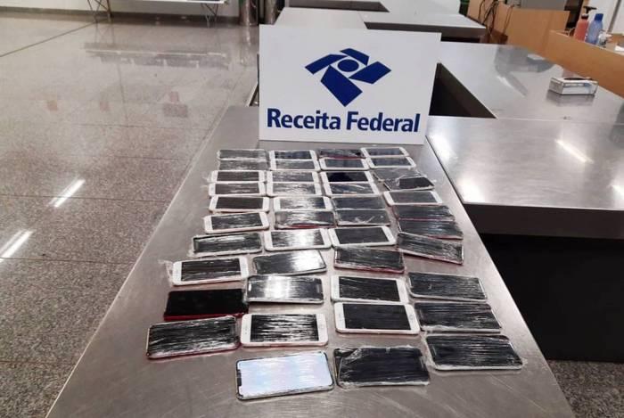 Receita Federal apreende 43 iPhones com passageiro no Aeroporto do Galeão