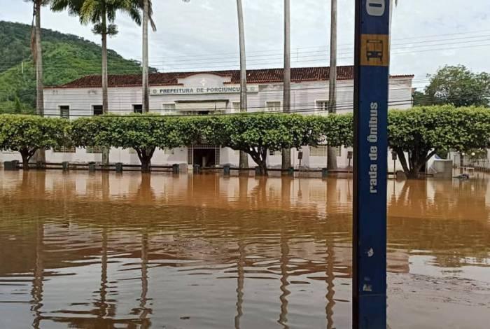 Segundo a prefeitura, 85% da cidade de Porciúncula ficou submersa após chuvas que transbordaram Rio Carangola
