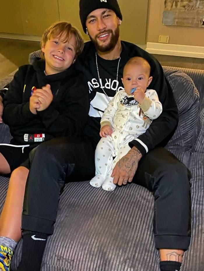 Neymar com o filho Davi Lucca, fruto do relacionamento com Carol Dantas, e o filho dela, Valentim