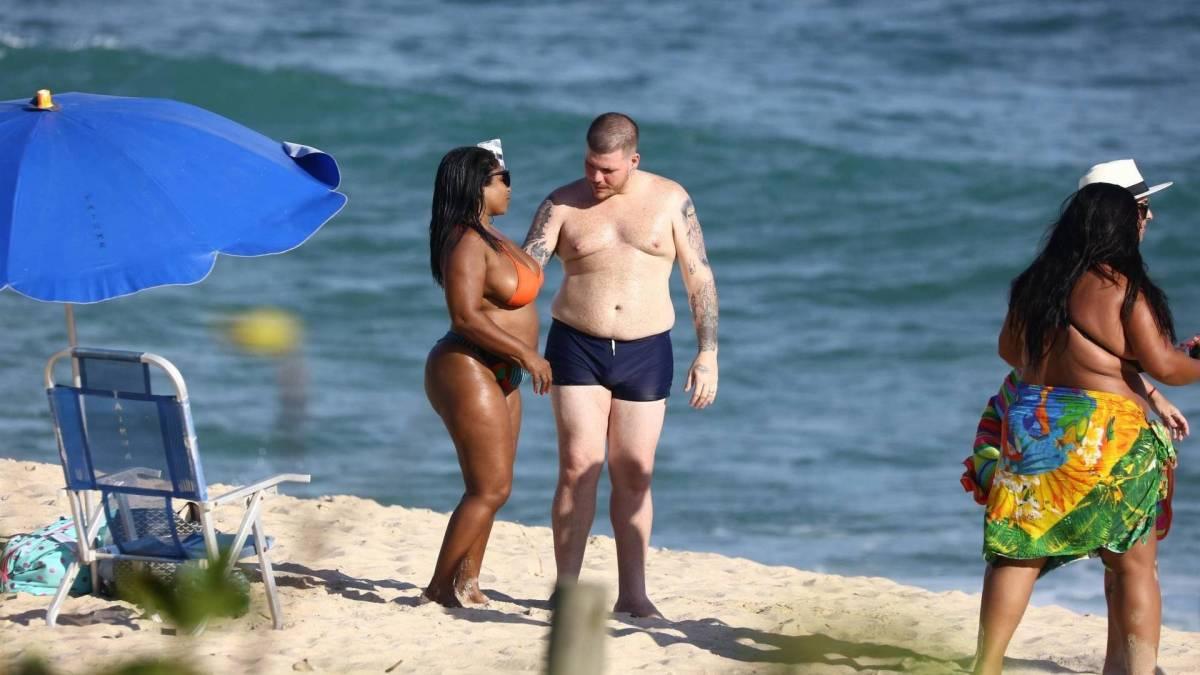 Ferrugem curte dia de praia com a mulher, Thais Vasconcelos