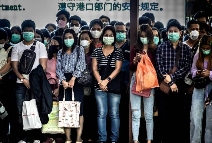 Tailandeses usam máscaras para proteção contra o coronavírus