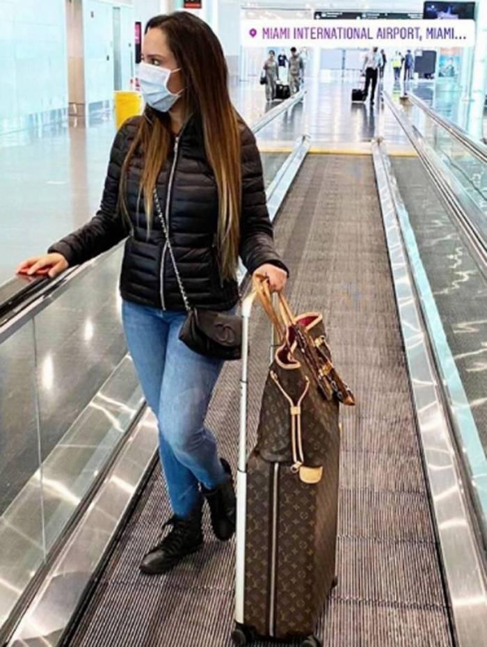 Mulher Melão no aeroporto