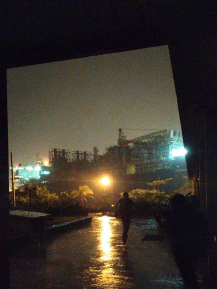 Navio-plataforma é deslocado até a orla de Boa Viagem, em Niterói