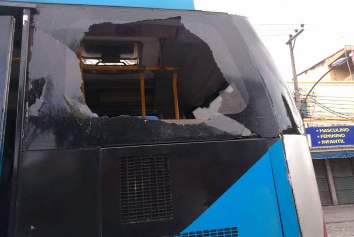 Ônibus articulado do sistema BRT teve o vidro quebrado