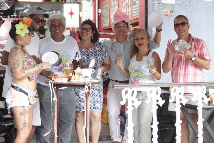 Integrantes do bloco reunidos em bar da Praça da Bandeira. Lançamento da camiseta e enredo será hoje