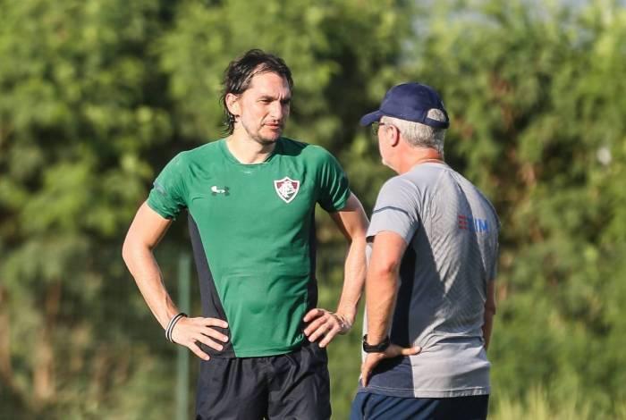 O técnico Odair Hellmann conversa com o zagueiro Matheus Ferraz, que volta ao time hoje, contra o Boavista