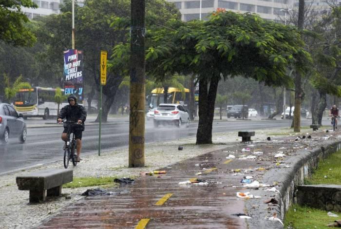 Temporal atinge o Rio de Janeiro causando vários estragos. Na praia de Botafogo, passagem de pedestre é alagada e lixo se espalha pelo calçadão.