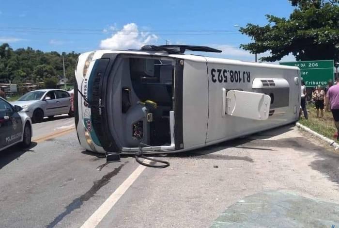 Ônibus tombou em Casimiro de Abreu, deixando 12 pessoas feridas