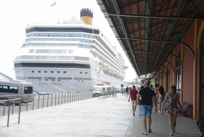Turistas chegam em transatlânticos no Píer Mauá na maior temporada de cruzeiros dos últimos 20 anos