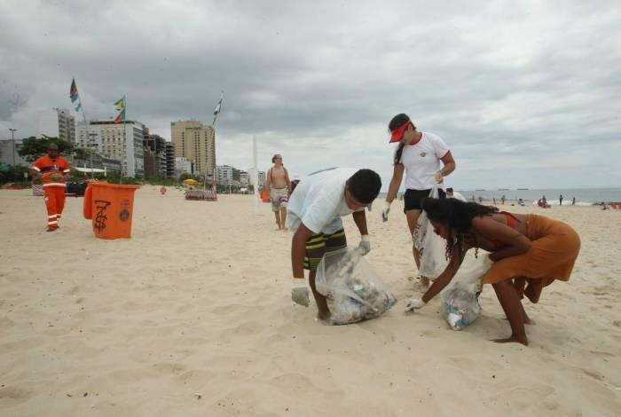 Coleta de lixo no mar e nas areias de Ipanema.