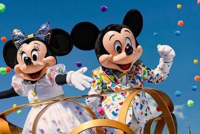 Mickey e Minnie são símbolos da Disney e fantasias dos personagens são usadas em vários lugares