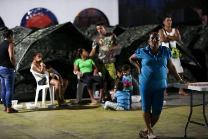 Refugiados venezuelanos são abrigados em instalações provisórias em Boa Vista