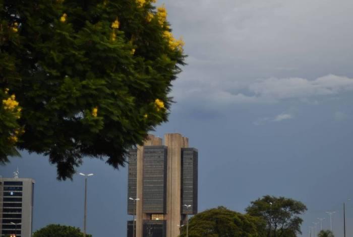 Brasília com Sol e  muitas nuvens, pancadas de chuva à tarde e à noite