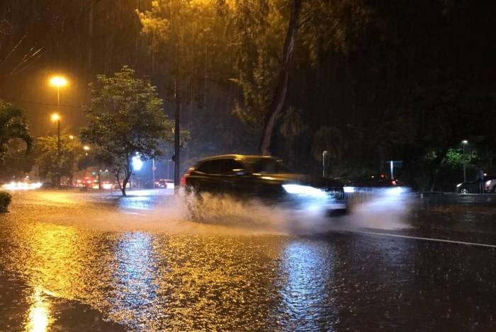 Rio tem registro de chuva forte e ruas alagadas. Na foto, Avenida Borges de Medeiros, na altura do Clube de Remo do vasco