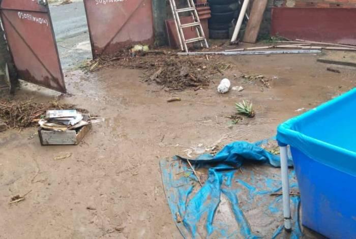 No bairro Mangueira, em Nova Iguaçu, um rio transbordou deixando uma pessoa morta e duas feridas