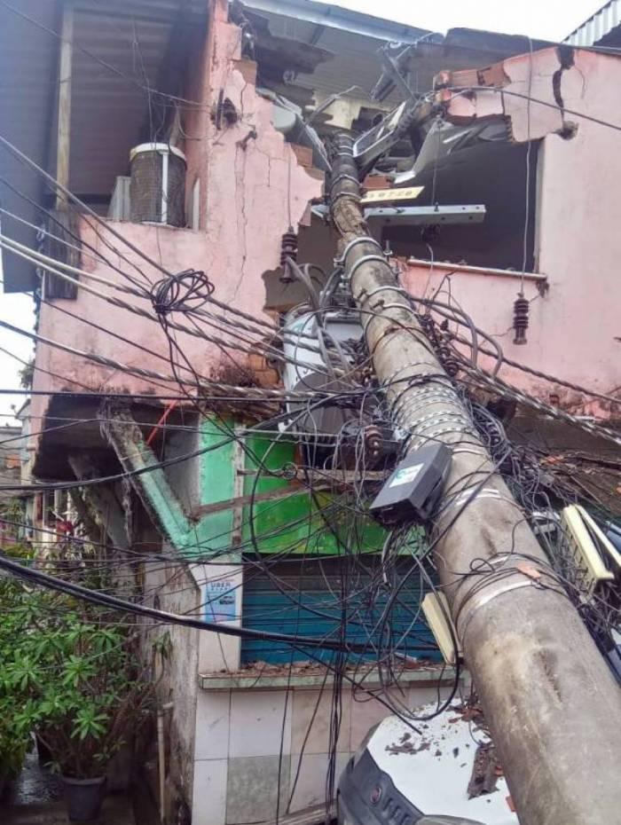Poste caiu sobre casa no bairro da Zona Norte do Rio