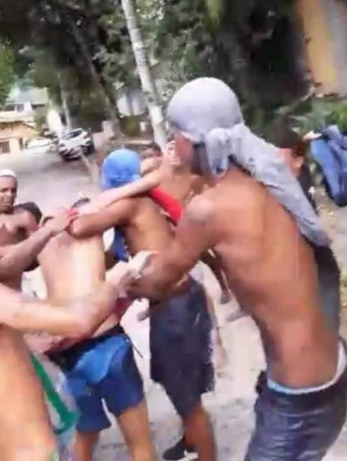 Cena do vídeo que mostra o adolescente J. sendo espancado por rivais em Rio das Pedras