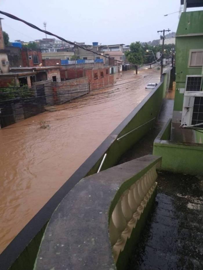 Rua alagada em São João de Meriti