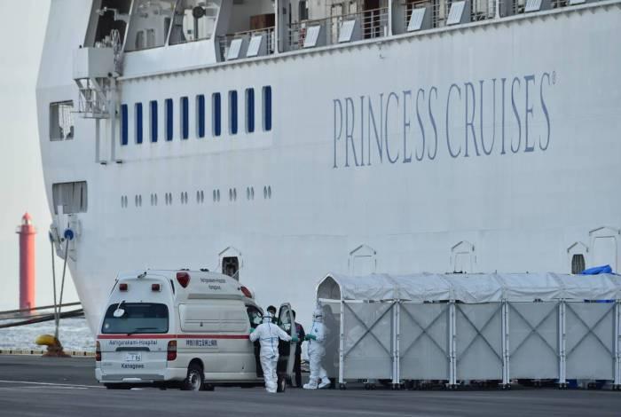 Passageiros, saindo da quarentena, estão livres para retornar à vida normal, apesar de monitoramento de suas condições feito por autoridades por meio de ligações telefônicas nos próximos dias
