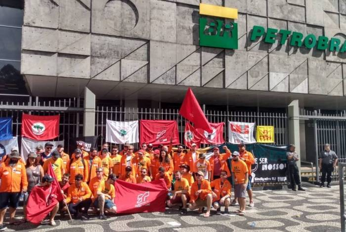 Trabalhadores da Fábrica de Fertilizantes Nitrogenados (Fafen), do Paraná, em frente à sede da Petrobras, no Rio de Janeiro, durante a greve dos petroleiros
