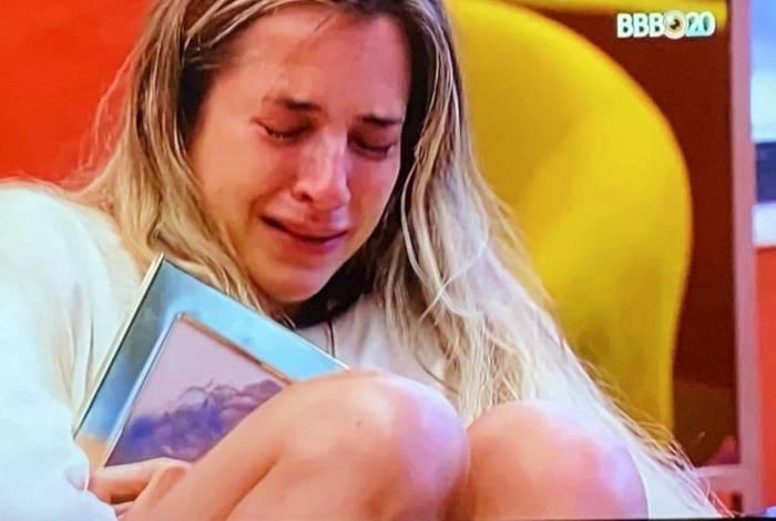 Gabi chora no quarto do líder