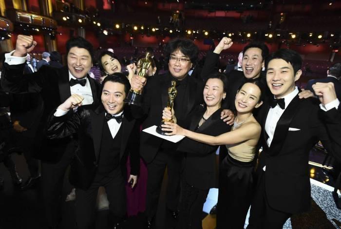 Diretor de Parasita, Bong Joon Ho, posa com o elenco nos bastidores do Oscar