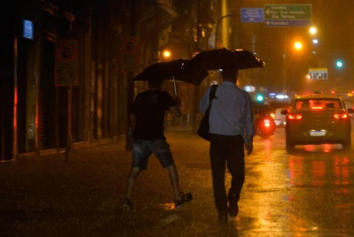 Noite de chuva no centro do Rio