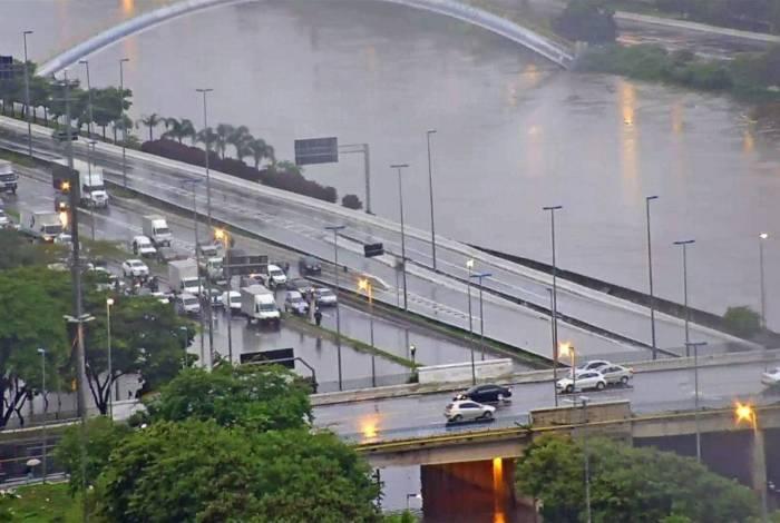 De acordo com o Centro de Gerenciamento de Emergências Climáticas, 76 pontos de alagamentos estão sendo registrados em São Paulo, sendo 68 deles intransitáveis
