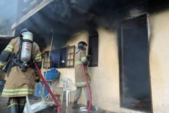 Bombeiros estiveram no local e não tiveram dificuldades para conter o fogo