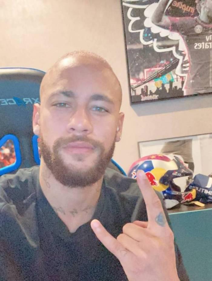 Longe dos gramados após sofrer lesão na costela, Neymar decidiu mudar o visual e raspou a cabeça