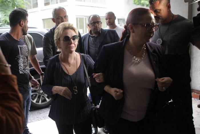 Esposa do senador Arolde de Oliveira, Yvelise de Oliveira (de óculos escuros) chega à DH para depor