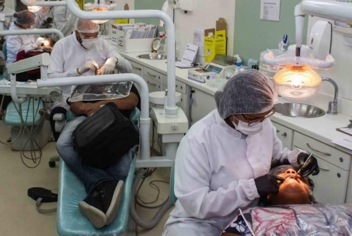 Professora encomendou que os profissionais de odontologia usem uma capa plástica por baixo do jaleco descartável