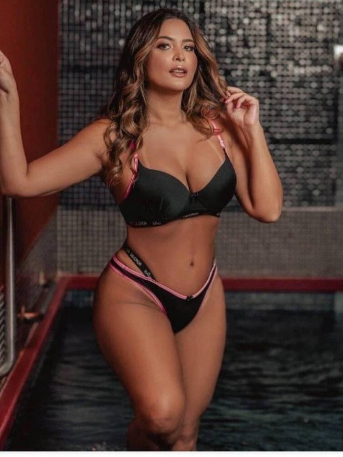 Geisy Arruda aparecem só de biquíni em piscina