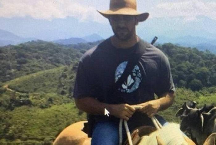O miliciano Adriano Nóbrega estava foragido há mais de um ano e se escondia num sítio no interior da Bahia, onde foi morto pela polícia