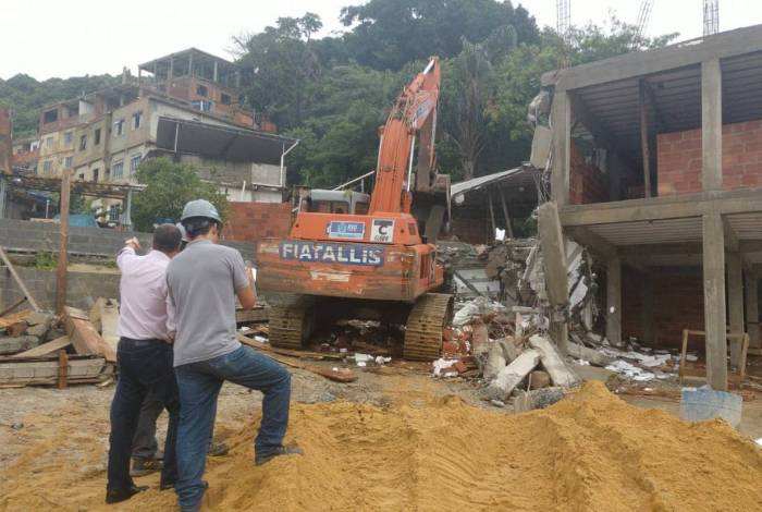 Construção irregular tinha cinco pavimentos, mas não tinha licença