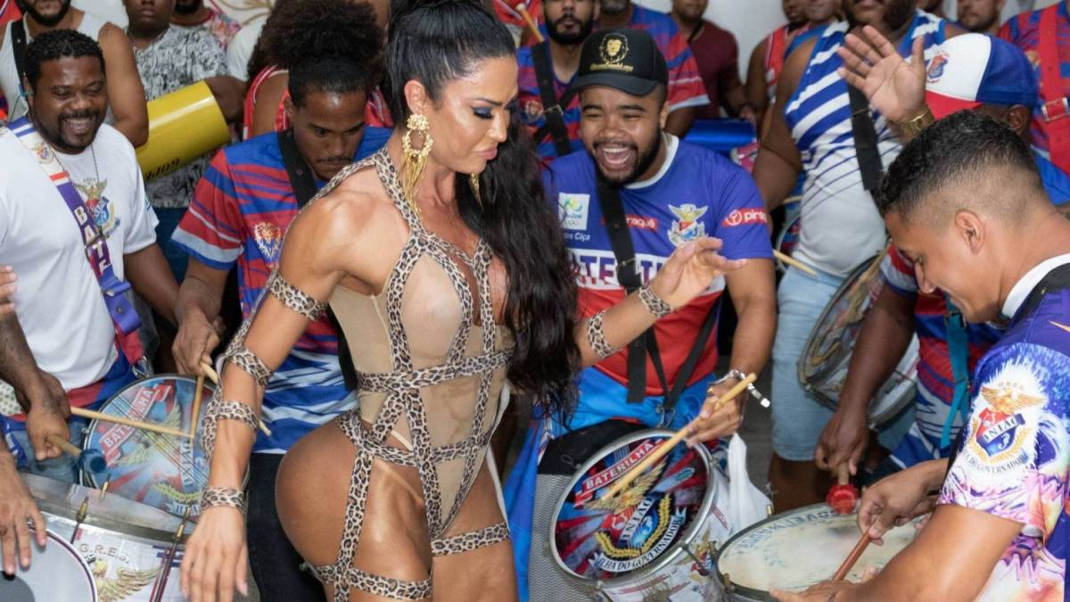 Gracyanne Barbosa no ensaio da União da Ilha do Governador