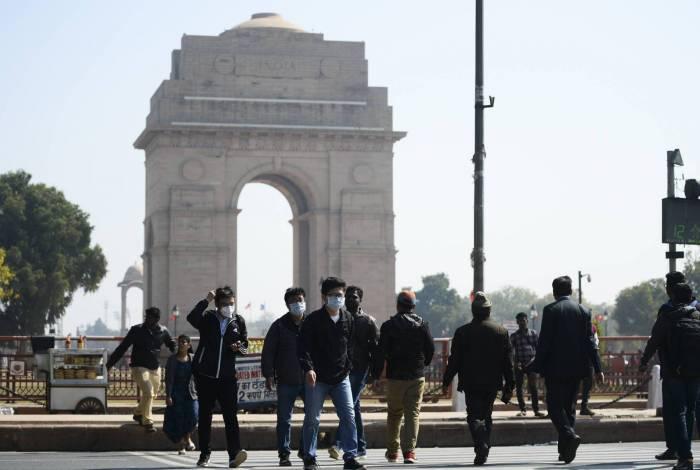 Turistas em Nova Délhi usam máscaras protetoras em meio a preocupações com o surto de coronavírus COVID-19