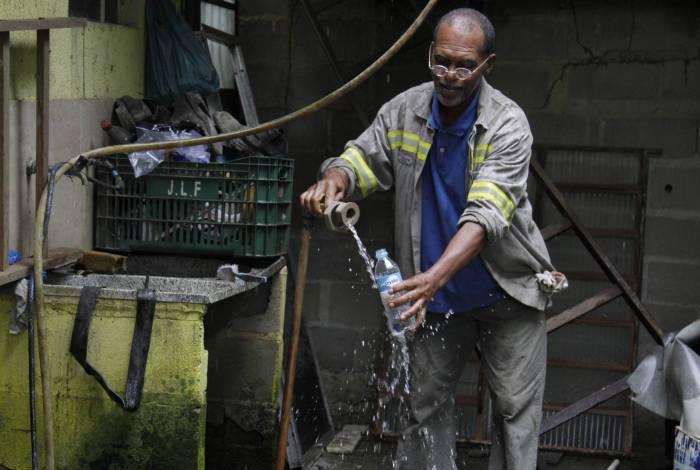 Em Montevidéu, Nova Iguaçu, moradores retiram água de poços rudimentares. Na foto, o morador Ademir Matheus